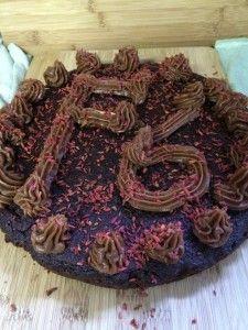 Gedecoreerde rode bietjes – chocoladetaart