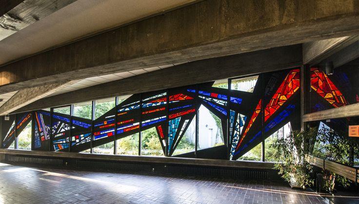 #Altenholz In leuchtenden Rot- und Blautönen gehalten ist das langgestreckte Fenster im Vorraum der Kirche.Durch die vielen Winkel und Geraden entsteht eine expressive Dynamik, die die Besucher in den Kirche...
