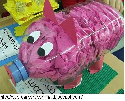 Maak een varken door een plastic flesje te vullen met roze snippers papier.