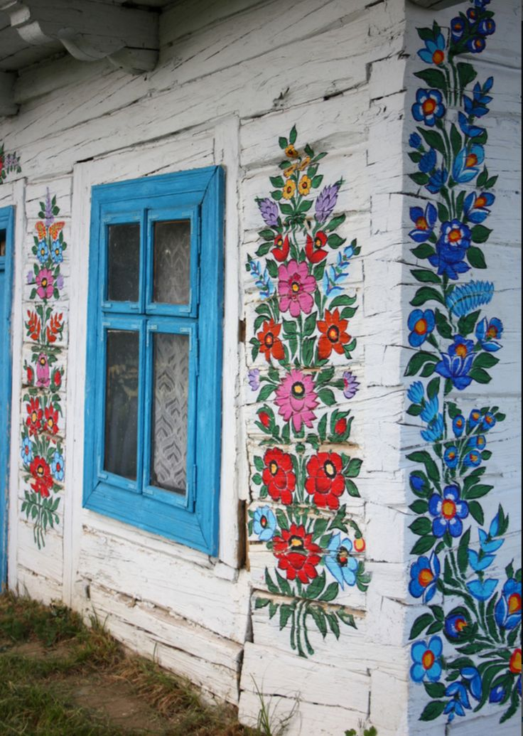 Did you know there's a village in Poland that is painted with folk flowers? It is called Zalipie and it's located in the South East part of Poland, close to Slovakia.