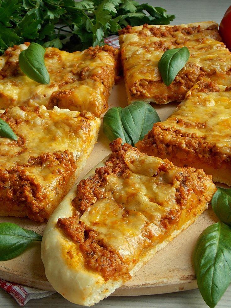 Pizza z przepysznym sosem bolońskim, czyli zmięsem w aromatycznym sosie pomidorowym pachnącym śródziemnomorskimi ziołami. Oprószona obowiązkowo serem, najlepiej w dużej ilości :) Jedna z najlepszy…