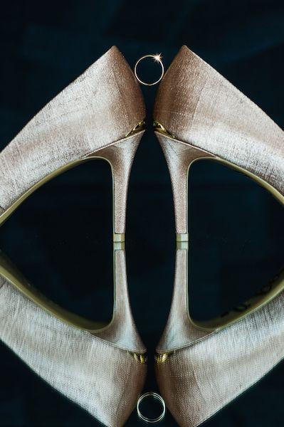 magnifiques escarpins Calvin Klein pour une superbe mariée en Robe Vera Wang de couleur rose poudré - punk blush. Découvrez ce mariage de conte de fée Disney et leur histoire d'amour internet à distance sur le blog de La Robe de Juliette
