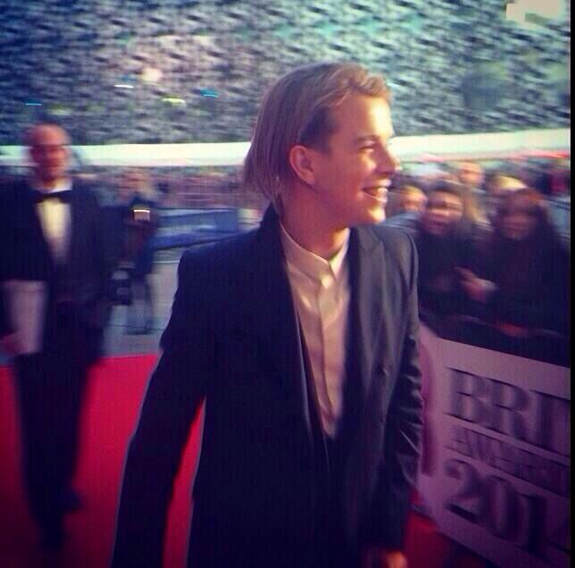 Tom odell looking beautiful as always at the brit awards