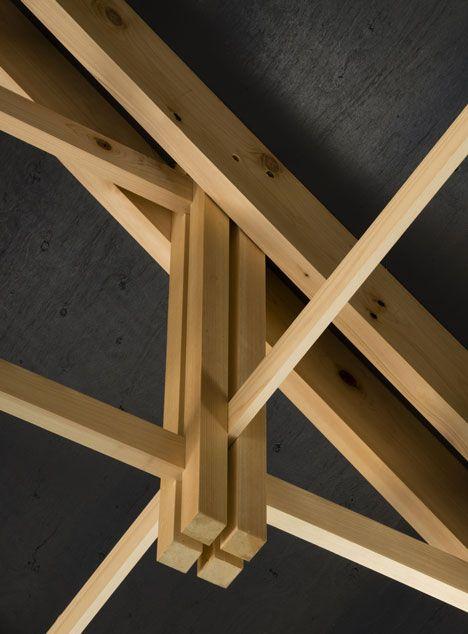 Une pièce maîtresse (suspendue grâce à la pression de deux planches) est traversée à l'aide de fentes par des bâtons superposés.         (Shigeo Ogawa)