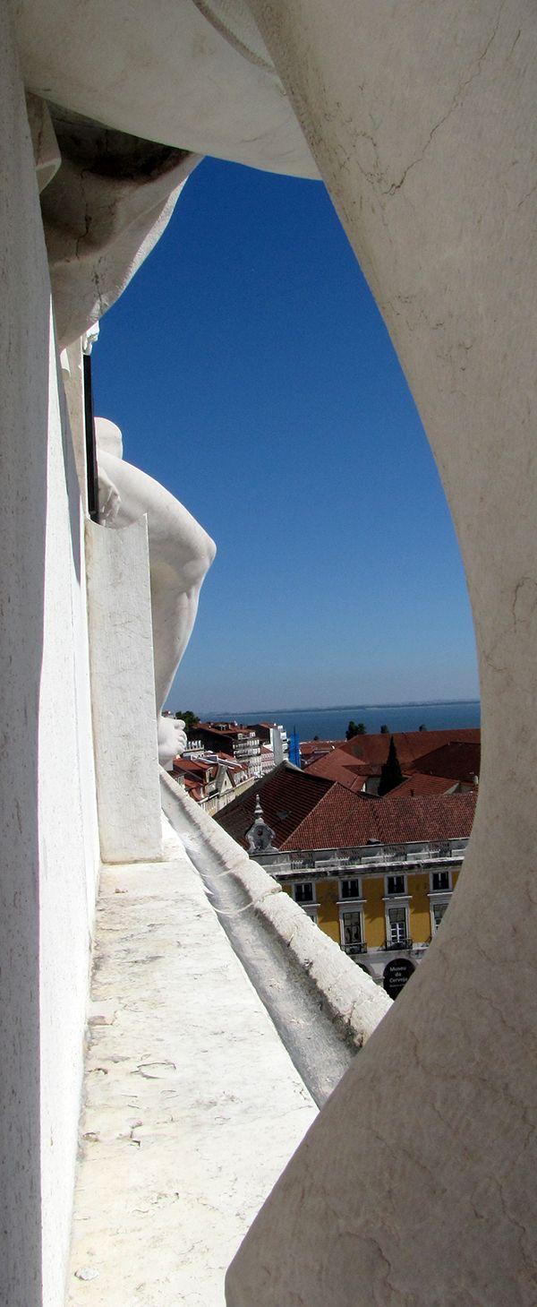 Detalhe de Lisboa pelas estátuas do Arco Triunfal da Rua Augusta.