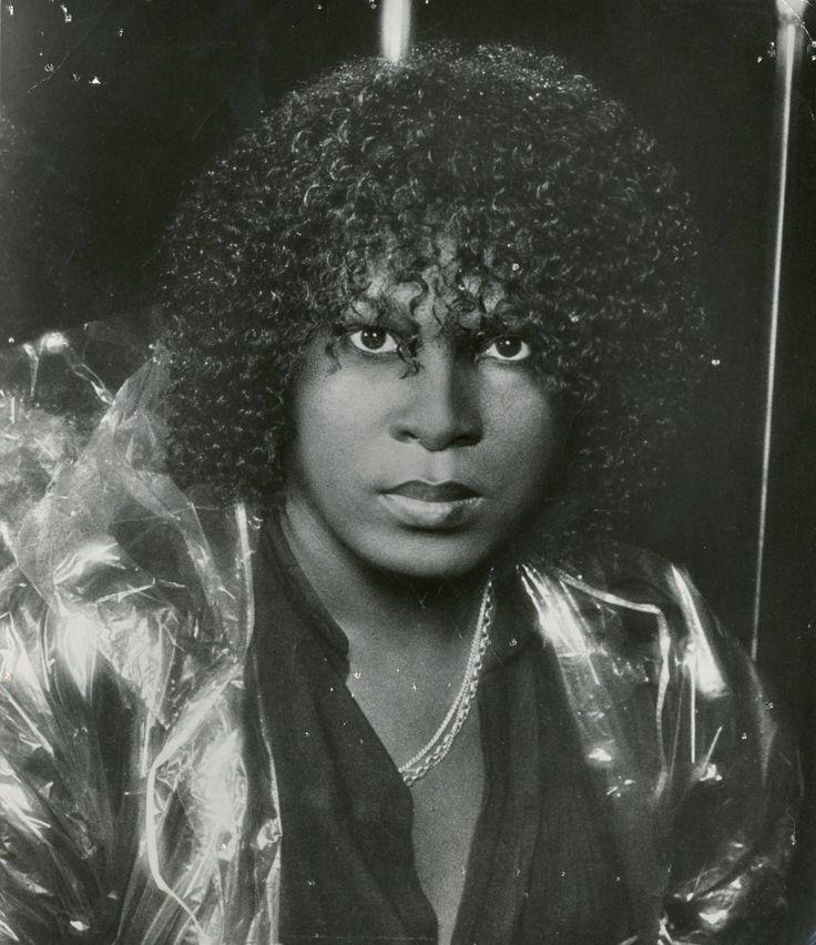 """SYLVESTER JAMES --> Lui parte dal gospel… e subito dopo approda ad un gruppo di travestiti, le Cockettes, ma è nel 1978, dopo un passaggio fugace negli Hot bird e nelle Two Tons O' Fun, che Sylvester conquista la sua immortalità con """"You make me feel"""", al quale fece subito seguito """"Dance"""". Provocatorio come pochi, Sylvester venne """"adottato"""" dalla importante comunità gay di San Francisco. Con il declino della disco, anche il suo."""