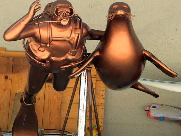 """Kalp krizi sonucu hayatını kaybeden Mustafa Koç'un anısına önce tedavi ettirip ardından evlat edindiği """"Badem"""" isimli Akdeniz fokuyla olan bir heykeli yaptırıldı. Detaylar ajanimo.com'da.. #ajanimo #ajanbrian #hayvan #animal"""