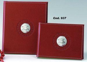 Elegancki album z czerwonej skóry z ozdobnym srebrnym emblematem przedstawiającym czapkę absolwenta, idealny prezent z okazji ukończenia szkoły. #dla_dziecka #ukonczenie_szkoly_wyzszej
