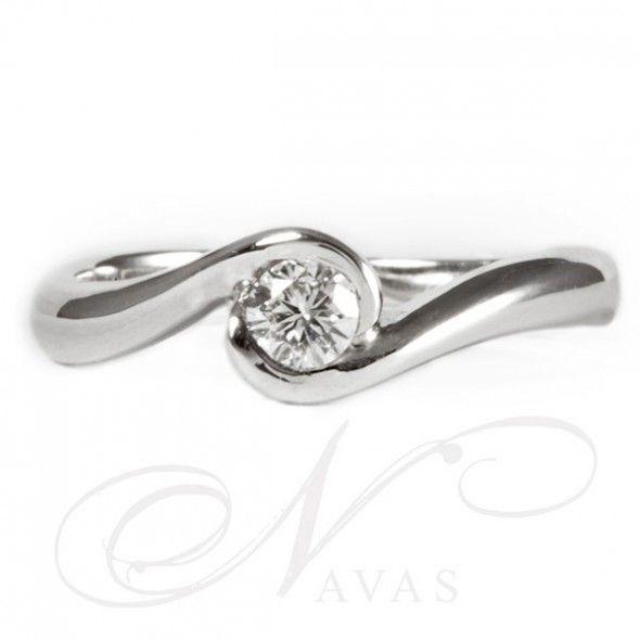 OSIRIS, solitario anillo de pedida en oro. Anillo de oro de primera ley de 18 quilates con una original montura que eleva el diamante redondo en talla brillante engastado en bisel, formando una espiral con un diseño sofisticado y cobrando el diamante todo el protagonismo.