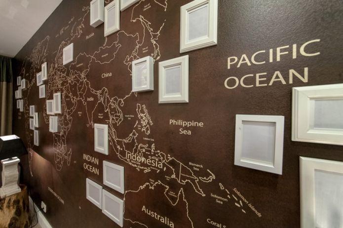 карта мира в интерьере гостиной