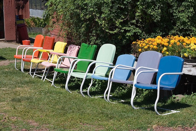 cleaning lawn chairs, how to clean lawn furniture, cleaning outdoor furniture, heloise hints  A commenter says she uses Scrubbing Bubbles mildew remover and it works well too.  Let's see!