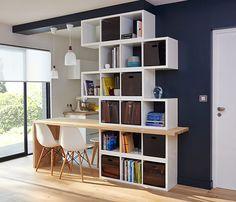 Pour mettre en valeur un meuble, misez sur un contraste fort en peignant le mur dans un coloris sombre comme ce bleu industriel !