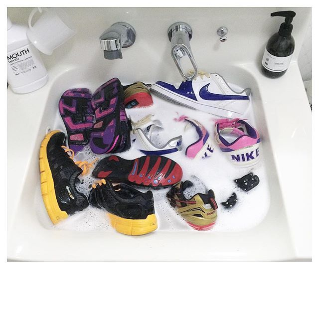 Instagram media by rie1116 - ・ shoes… ・ 子供達夏休み突入したので 学校用の靴をオキシで漬け置き ・ ピカピカになりました✨ ・ すぐになくなっちゃうけど 近くにコストコないので 楽天でオキシ2箱購入。。高い ・ 夏休み中子供達に手伝わせて 家中ピカピカにしたいと思います ・ ・ #shoes#靴#学校用#洗濯#オキシ#オキシクリーン#oixclean#漬け置き ・