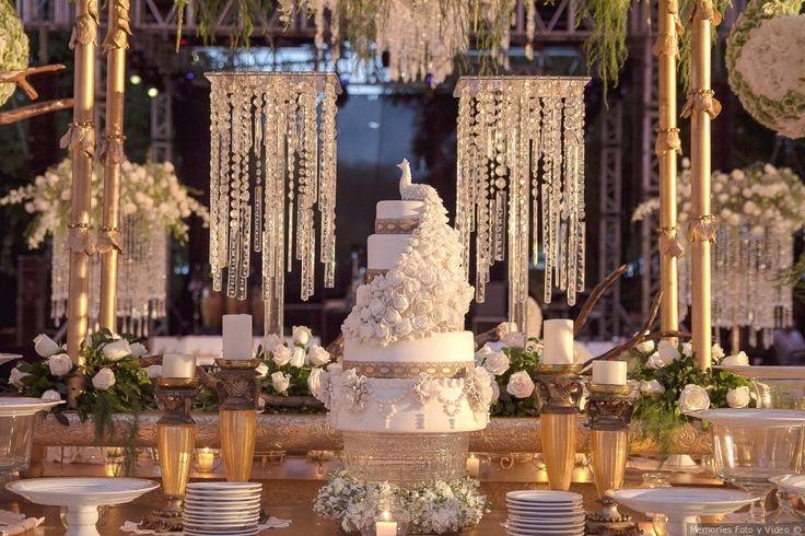 Increíble pastel de boda blanco   ¡Mira todos los detalles elegantes!  Bodas.com.mx  Mario Carrera Wedding films/  #wedding #bodas #cake #pasteldeboda