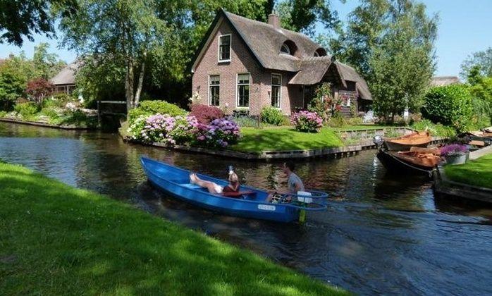 Μαγικό χωριό χωρίς δρόμους στην Ολλανδία μοιάζει βγαλμένο από παραμύθι!