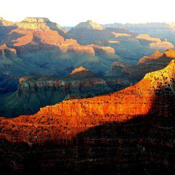 coucher de soleil sur le grand canyon . Le Grand Canyon est l'un des plus grands symboles des Etats-Unis. Une gigantesque balafre qui traverse les paysages de l'Arizona sur plus de 400 km... sans les défigurer.