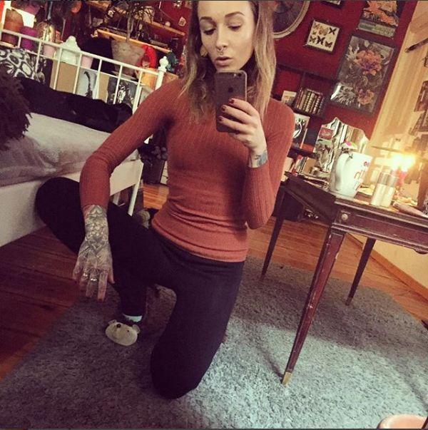Man beachtet meine fancy Hausschuhe  . #photography #alternativegirls #tattooed #tattooedgirls #anime #stonergirl #tattooedgirl #mirror #inkedgirl #girlswithtattoos #highlife #stoner #inked #gauges #grunge #inkedgirls #streetwear #plugs #handtattoo #septum #inkedup #420 #skinny #facetattoo #grungegirl #piercing #tattooedwoman #cozy