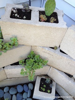#recicla y #disena macetas de block hueco para poco espacio en esquina