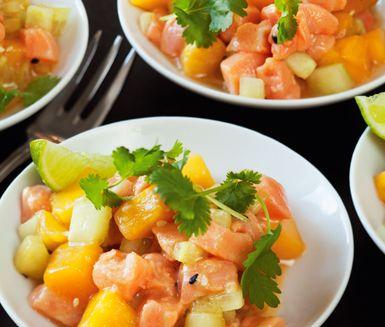 Ett lyxigt tillbehör med asiatisk karaktär får du med detta recept på lax- och mangosallad. Till laxsalladen använder du laxfilé, mango, gurka, soja, lime, koriander och sesamfrön. En härlig och annorlunda sallad!