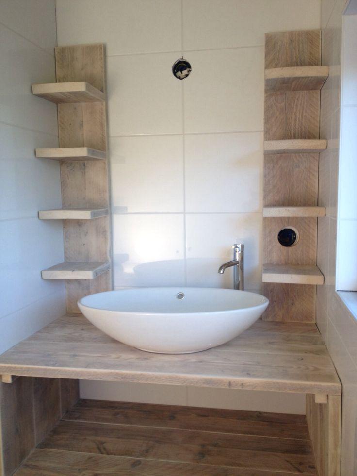 9-12-2015: De wastafelmeubels van steigerhout zijn vandaag geplaatst. Hier badkamer beneden. #Vakantiehuis #Cadzand
