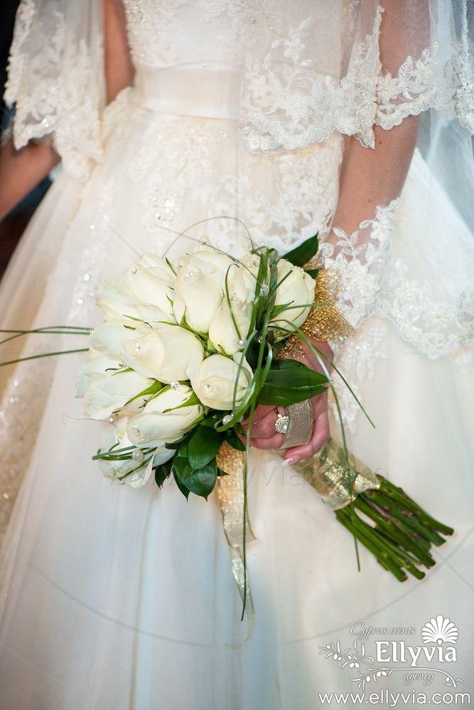 Свадебный букет невесты из нежнейших белых роз.