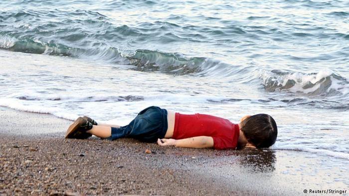 Мертвый мальчик на пляже