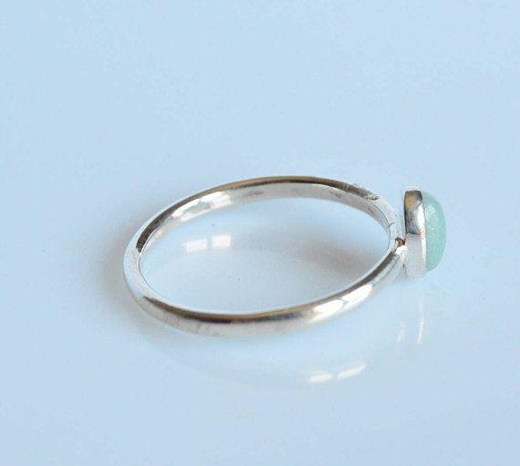 Anello semplice filo d argento 925 con amazzonite naturale cabochon, realizzato a mano.  Può essere indossato da solo o insieme ad altri anelli impilabili. Estremamente leggero e comodo, perfetto per luso in ogni occasione. Ideale per se stessi o come regalo ad una persona cara.  --- Dettagli -- Materiale : Argento 925 e amazzonite Dimensione amazzonite: 7x 5 mm (0,27 x0,19) Finitura: lucida.  ***COME ORDINARE*** 1. Nel primo menù a tendina, seleziona la tua misura US  2. Nel secondo menù a…