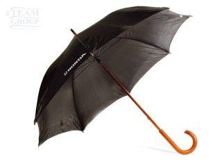 Paraguas negro de calle con mango de madera