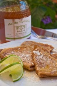 Creps caseros con harina integral de espelta, aliñados de zumo de lima fresca, miel y coco rallado.