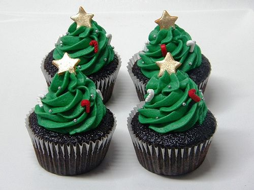 Wonderfully cute little Christmas tree cupcakes (I love that non-pro/ultra gifted bakers like me could likely reproduce these fairly easily - and effectively). #cupcakes #tree #Christmas #green #cute #food #baking #party #dessert #cake #chocolate #stars #holidays
