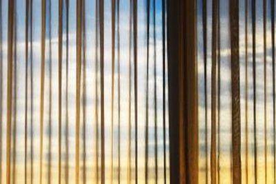 Eine Fensterdekoration mit Gardinen verschönert jeden Raum.