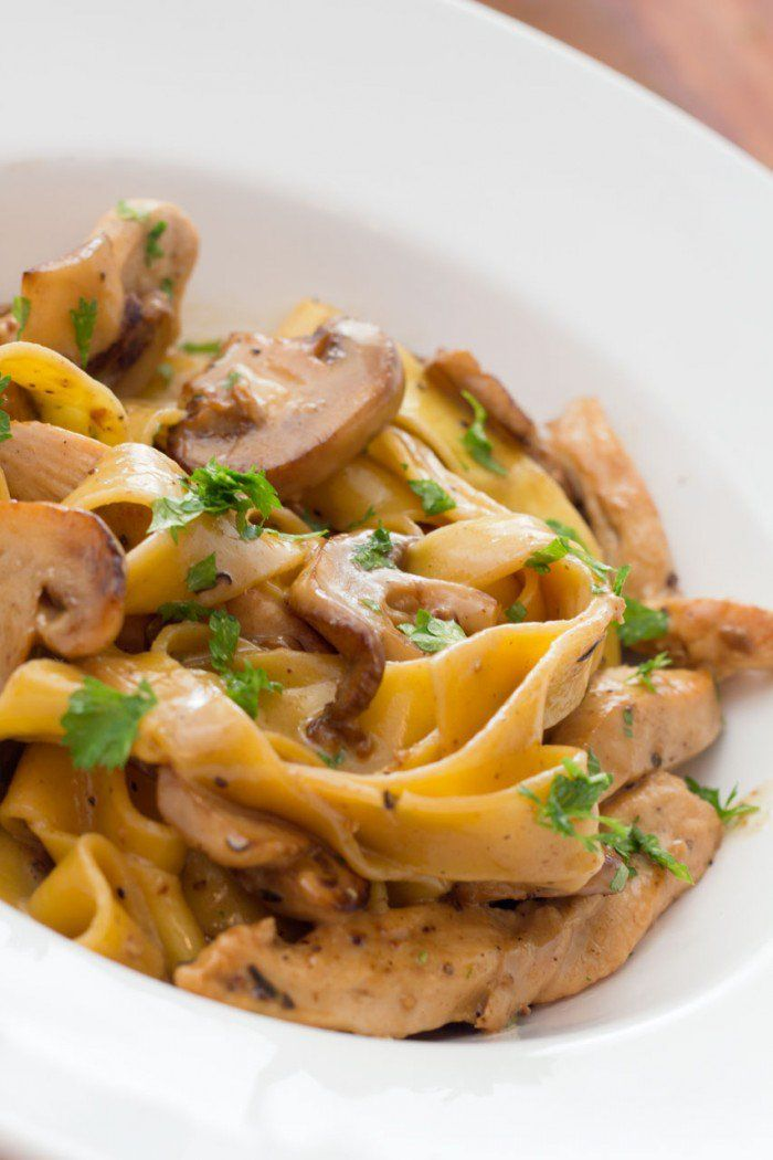 Pasta med champignonsauce og timianstegt kylling