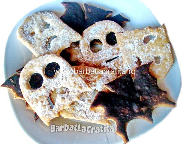 Fursecuri de Halloween in forma de stafie sau liliac, pudrate cu cacao sau zahar.