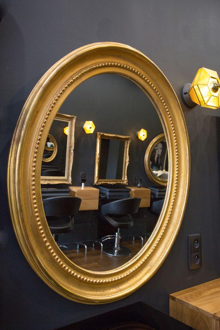 Le salon de coiffure Anita P à Rennes, Agence 19 DEGRES - par Caroline Ablain Photographe. Miroirs dorés, murs noirs