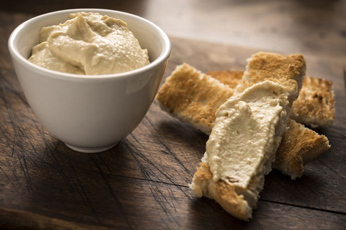НЕТ: тосты с маслом и джемом / медом Способны устроить взлет сахара в крови, но не способны насытить энергией надолго, а значит, далеко на тостах не уедешь. ДА: тосты из цельнозернового хлеба с хумусом / гуакамоле / бананом Идеальная замена, которая даст продержаться до самого обеда. Хумус (вареный нут, кунжутная паста, соль, чеснок) и гуакамоле (авокадо, помидор, лук, чили, соль) отлично взбиваются блендером за минуту. А банан можно размять вилкой вместе с клубникой или просто выложить…