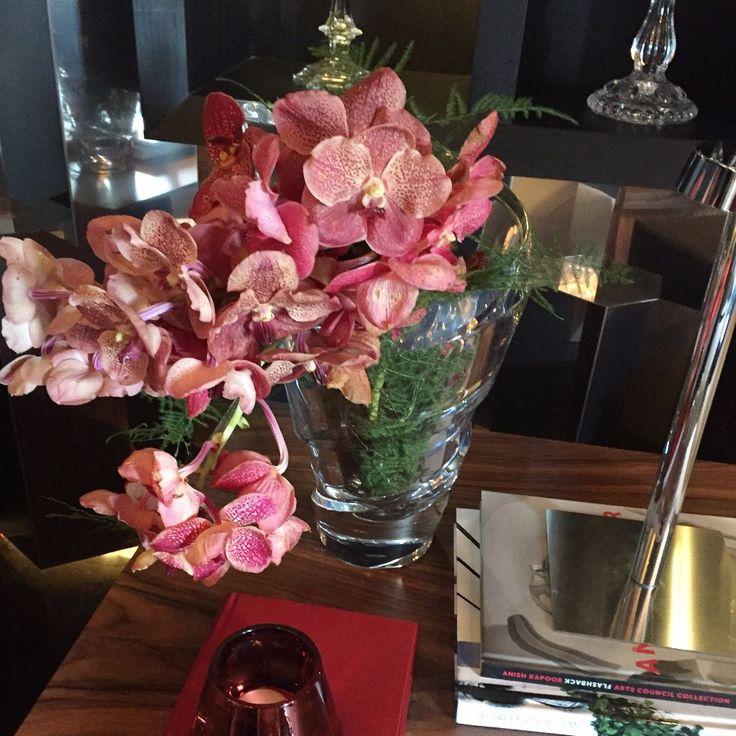 Durante a minha visita à Casa Cor SP, fiquei super ligada nos ambientes e como venho mostrando por aqui, @pontodecor e no @bloghomeidea, eles realmente estão impecáveis e inspiradores. Mas outro detalhe em especial, chamou a minha atenção em cada um deles: seus os arranjos de flores. No meu ponto de vista, por mais lindo …