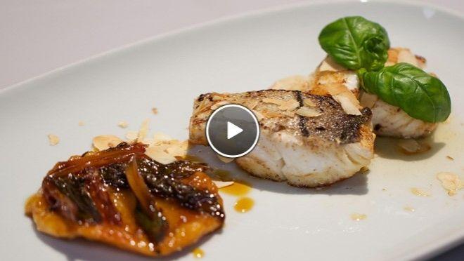 Tarte tatin van asperges en gebakken schelvis - recept | 24Kitchen