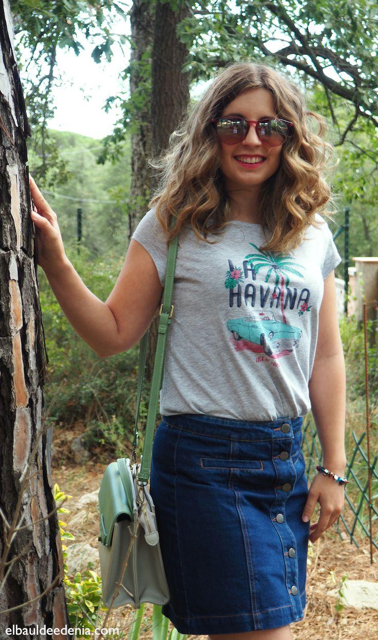 Outfit de verano con falda vaquera tipo seventies y gafas de sol rosas de la marca Carrera. Look de inspiración retro. Outfit with pink sunglasses and retro inspiration.
