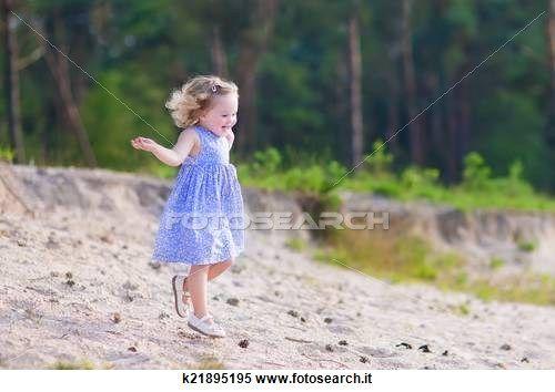 Archivio Immagini - piccola ragazza, correndo, in, uno, foresta pino k21895195 - Cerca Archivi fotografici, Immagini murali, Fotografie e Foto Clipart - k21895195.jpg