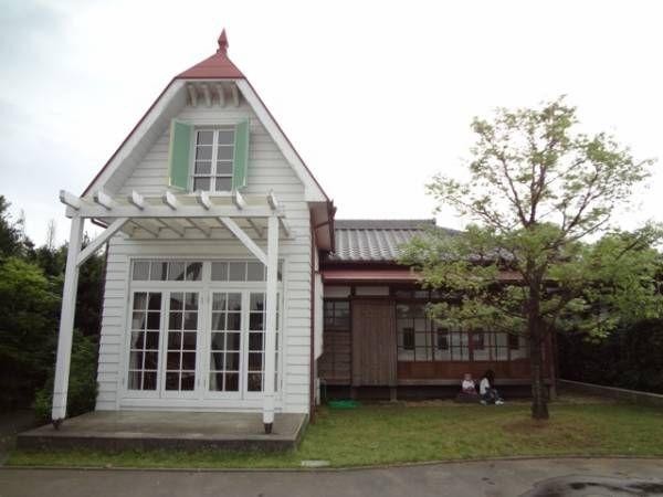 """里帰り2週目、とあるところへ車を走らせること2時間くらい。見えて来たのは、、、    そう!""""サツキとメイの家""""なんです。  長崎県の島原にサツキとメイの家を再現してある宿泊施設があると、偶然ネットで見つけたのは去年のことかな。 ジブリ好きのローランドは絶対に行きたいと言っていた..."""