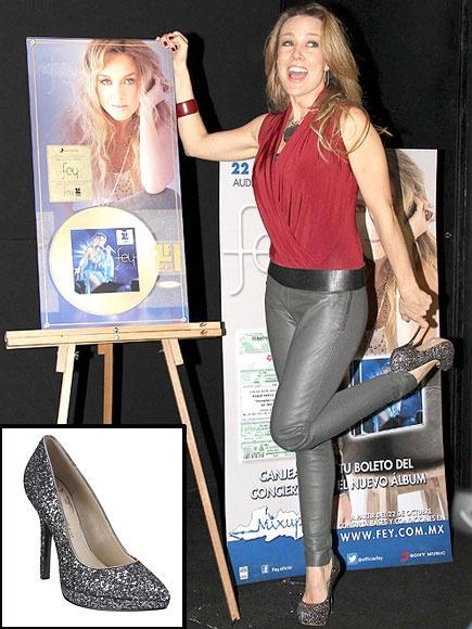 FEY    Los zapatos con brillo son cada vez más populares entre las famosas. Y es que son súper divertidos y lucen muy fashion. Da pasos con brillo con estos tacones de Nine West, ahora por solo $39.99.