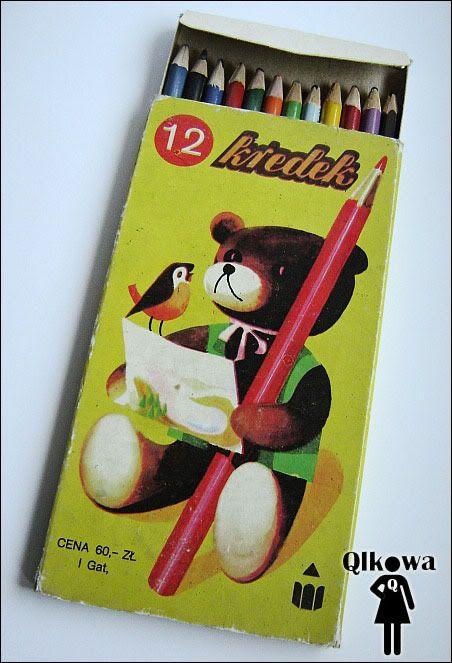 """Kredki - """"Kolorowe kredki w pudełeczku noszę, Kolorowe kredki bardzo lubią mnie, Kolorowe kredki, kiedy je poproszę, Namalują wszystko to, co chcę!"""". Tak śpiewały o kredkach Fasolki. Przyjrzyjmy się kredkom. Świat wtedy nie był tak kolorowy jak kiedyś toteż działała mocno dziecięca wyobraźnia i potrzebowała do tego czegoś mocno kolorowego. Popularne kredki drewniane to oczywiście kredki z misiem (12 szt, )"""