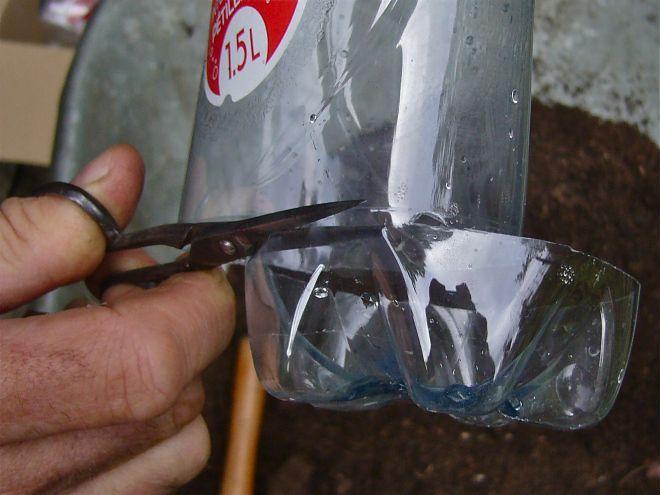 Empilez des bouteilles en plastique pour former une tour et versez de l'eau depuis le sommet. Dans quelques semaines, à vous les bons petits plats!
