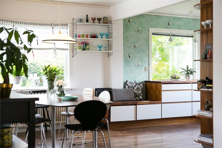 Kök från Ballingslöv med integrerad sittbänk i köksinredningen. LUCKA: Level vit/valnöt  LOCATION: Villa i Jönköping