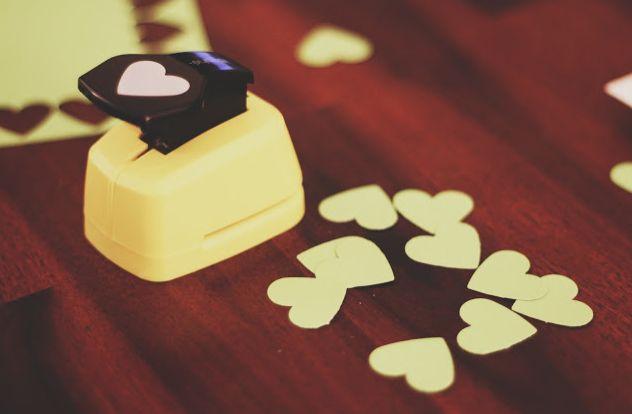 Al posto del riso una soluzione più economica potrebbero essere i cuoricini fai da te, ecco come si realizzano http://sposiamocirisparmiando.com/coriandoli-a-cuore-per-matrimonio.html