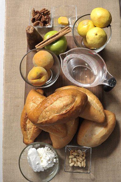 6 panes duros 200 gramos de piloncillo 1 ½ tazas de agua 1 raja de canela 1 cucharada de mantequilla 100 gramos de queso fresco ¼ de taza de nuez ¼ de taza de cacahuates 1 manzana verde 4 guayabas 3 duraznos
