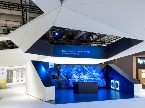 Sehr gut, um Großobjekte von der Umgebung abzugrenzen und Raum für Zusatzmaterial zu schaffen: Kubus außen weiß, innen farbig und gestaltet, Objekt in der Mitte.  SIEMENS - IFA BERLIN 2014 | Schmidhuber | Exhibition Design