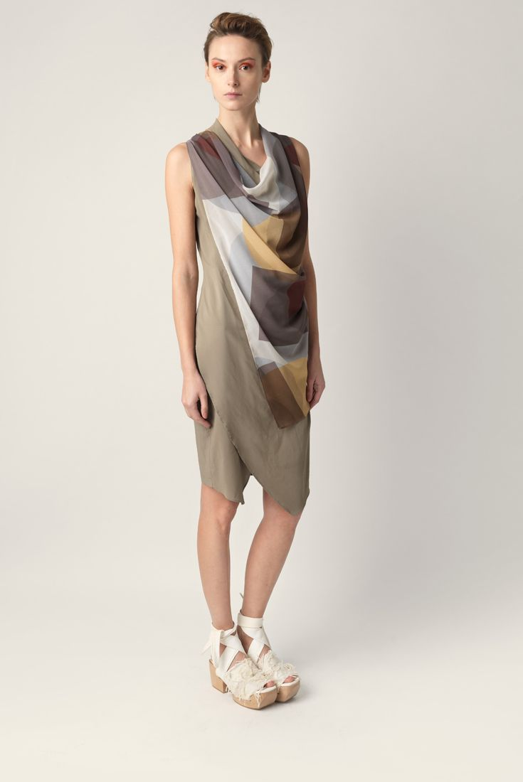 Overlapping fabric dress Malloni. Sleeveless, soft neckline. Made of viscose with a graphic print.