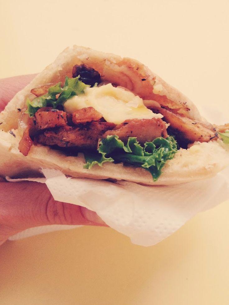Pitas com seitan Gyros, cebolada balsâmica e hummus | SAPO Lifestyle