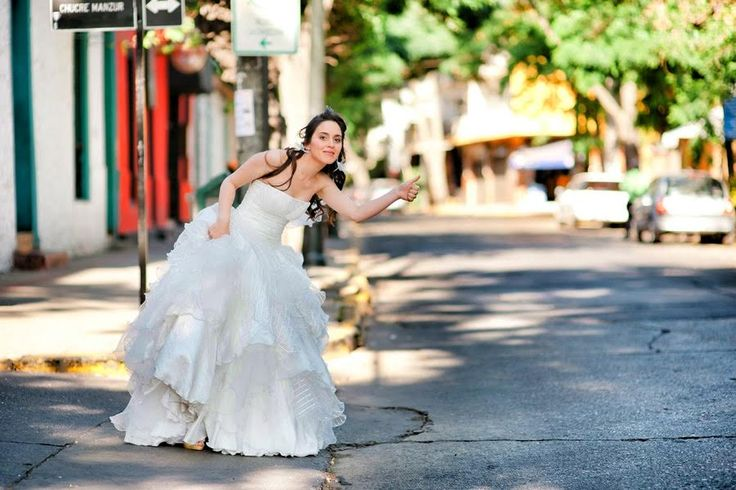 vestido novia . Arriane nos dejo jugar con su vestido , en cortes , texturas y diseño. resultando un bello vestido comodo y de ensueño.  fotografia de http://www.valerieyalvaro.com/